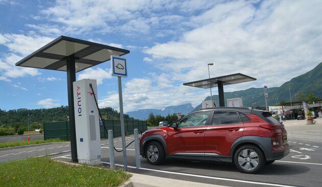 Kona-Electric-Laden-Alpen