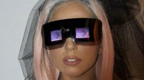 Lady Gaga introduceert nieuwe Polaroid camera en printer