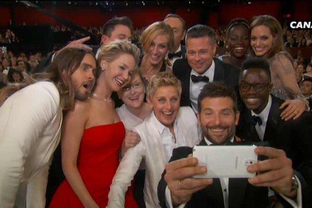 Oscar Host DeGeneres on stage met Samsung, backstage met iPhone?
