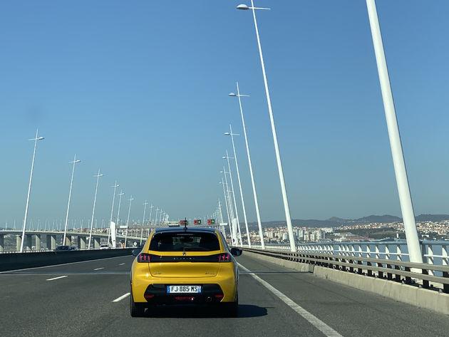 Peugeot_e208_geel
