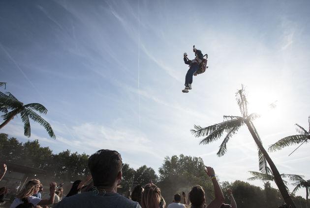 One Record DJ vliegt met zijn jetpack.