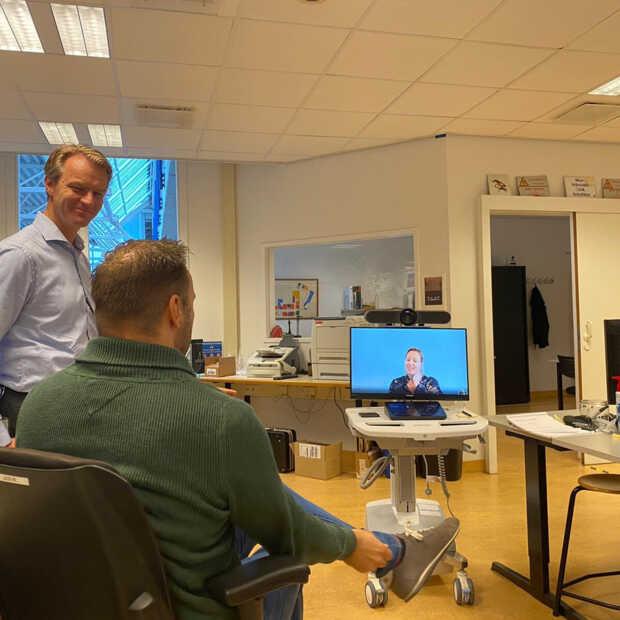 De 'Workstation on Wheels' (WoW) helpt ziekenhuispatiënten in contact te blijven met familie
