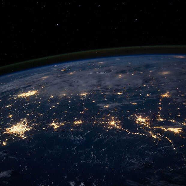 De eerste kleurenfoto van de aarde is helemaal niet zo bekend