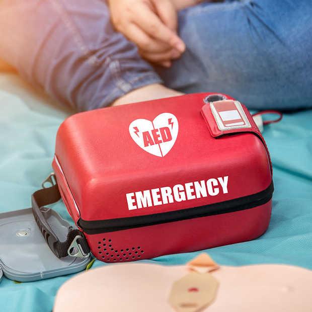 Monteurs Ziggo met AED in bus verlenen 30 keer hulp