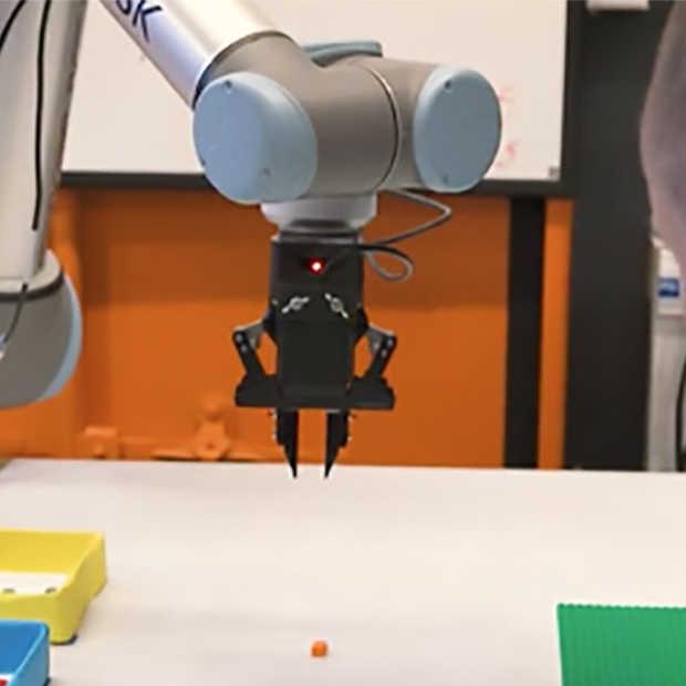Deze robot kan met lego bouwen