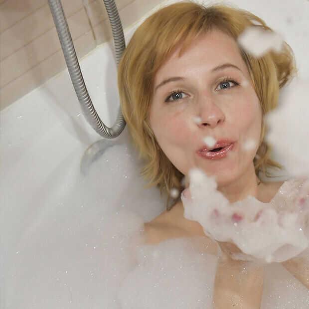 Bubbelbaddag: kun je qua verbruik beter badderen of douchen?