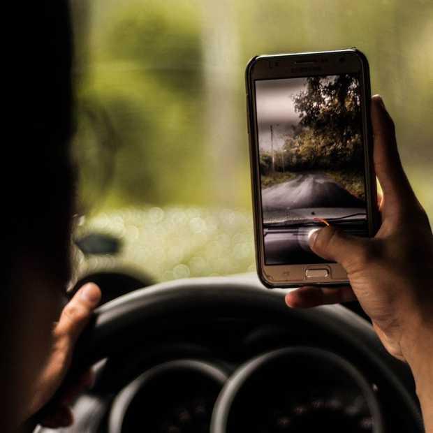 Politie gebruikt nu camera's om appen en bellen achter het stuur te herkennen