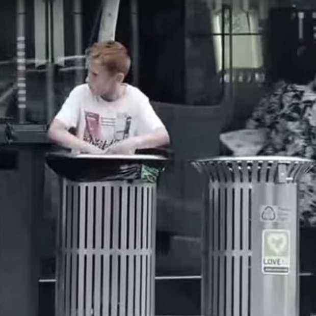 Aangrijpende campagnevideo: help jij een kind dat uit de vuilnisbak eet?
