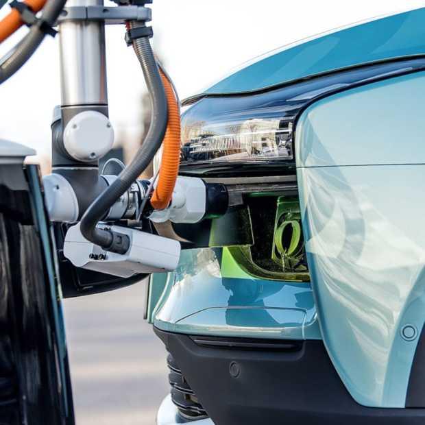 Slimme oplaadrobot van AIWAYS zoekt jouw EV om op te laden