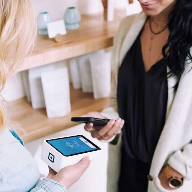 Online betalen en pinnen met smartphone en wearable in de lift