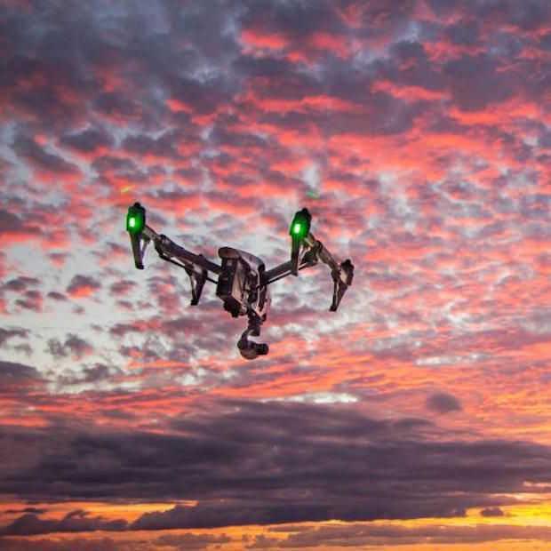 Dit gebeurt er als er een drone met 50 km/u in je gezicht vliegt