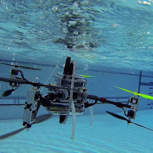 Deze drone kan onder water vliegen!