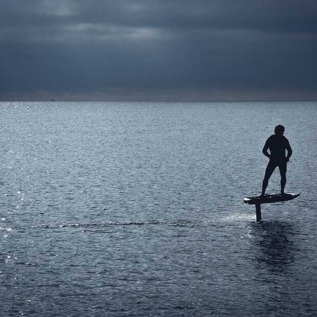 Leuke gadget voor deze zomer: een elektrisch surfboard