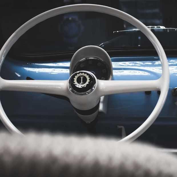Oude Fiat 500 omgetoverd tot elektrisch designhoogstandje
