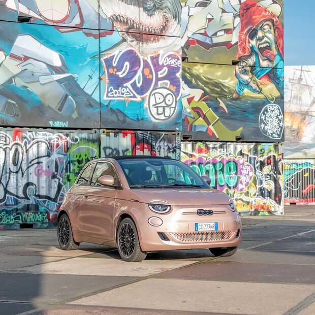 De stad in met het nieuwe elektrische icoon van Fiat: 500e