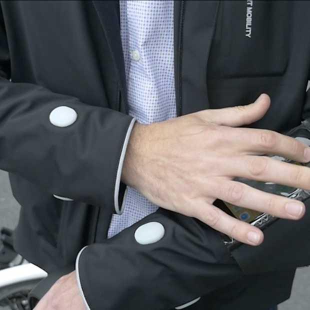 Een fietsjas die de richting aangeeft