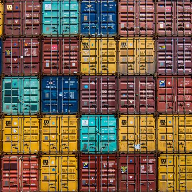 Containerschip in Suezkanaal vaart weer door Nederlandse slepers