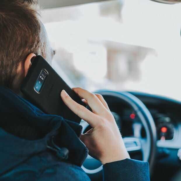 Telefoon op schoot tijdens het rijden mag wel