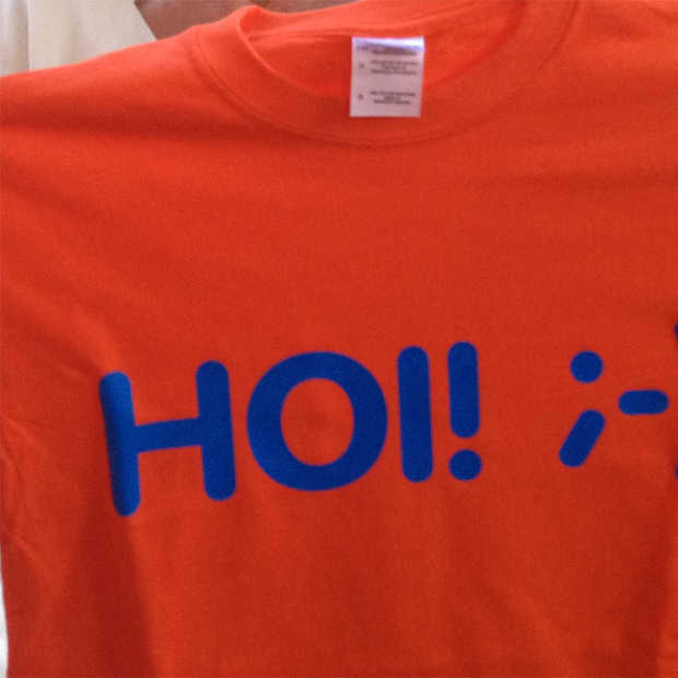 Groningers ontwikkelen HOI-shirt als middel om mensen weer aan het groeten te krijgen