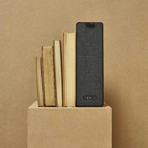 Een tafellamp-speaker en boekenplank-speaker van Ikea en Sonos