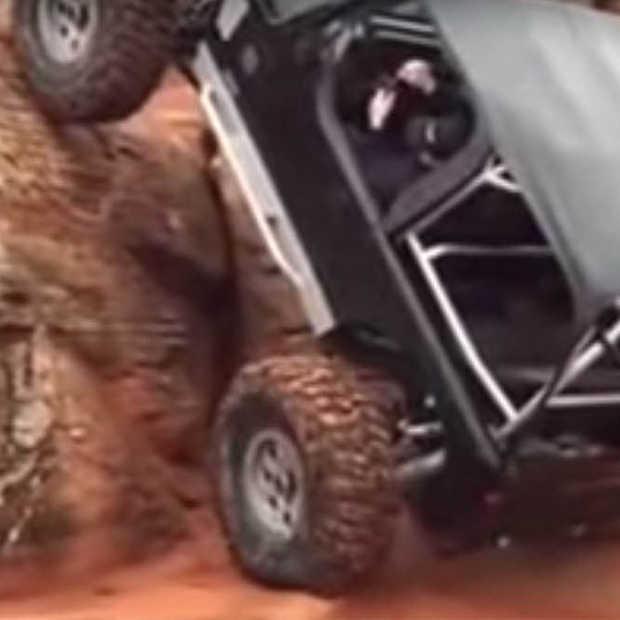 Jeep klimt tegen een rotswand omhoog