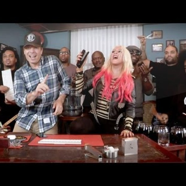 "Weekend Viral : Jimmy Fallon, Christina Aguilera & The Roots Sing ""Your Body"" (w/ Office Supplies as Instruments)"