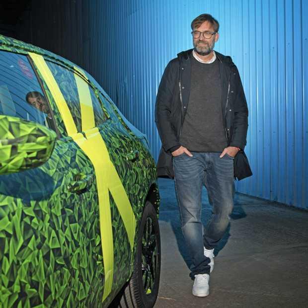 Jürgen Klopp test nieuwe elektrische Opel Mokka