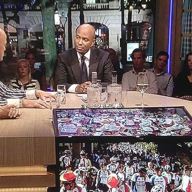 Kijker aan tafel bij Humberto Tan tijdens live talkshow.