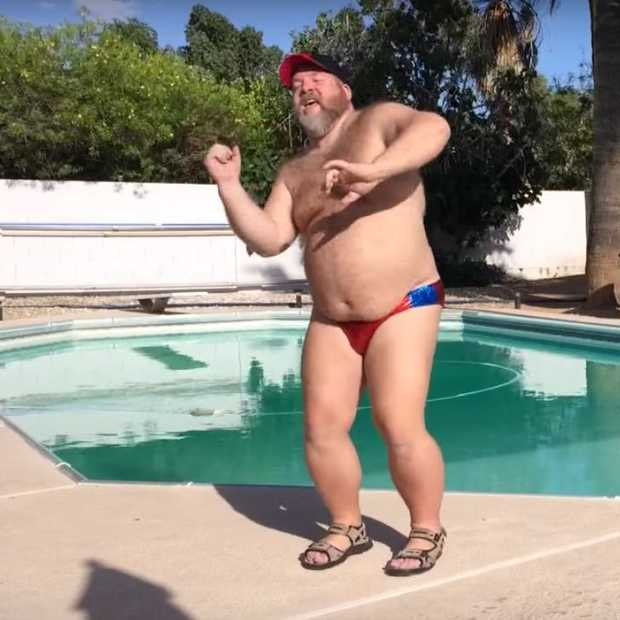 Man showt dance moves op hit van Justin Timberlake