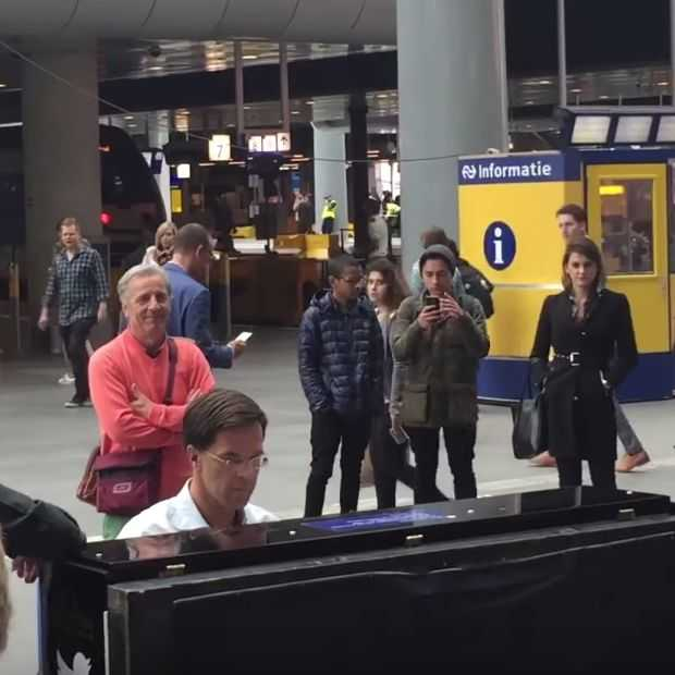 Mark Rutte speelt piano op Den Haag Centraal