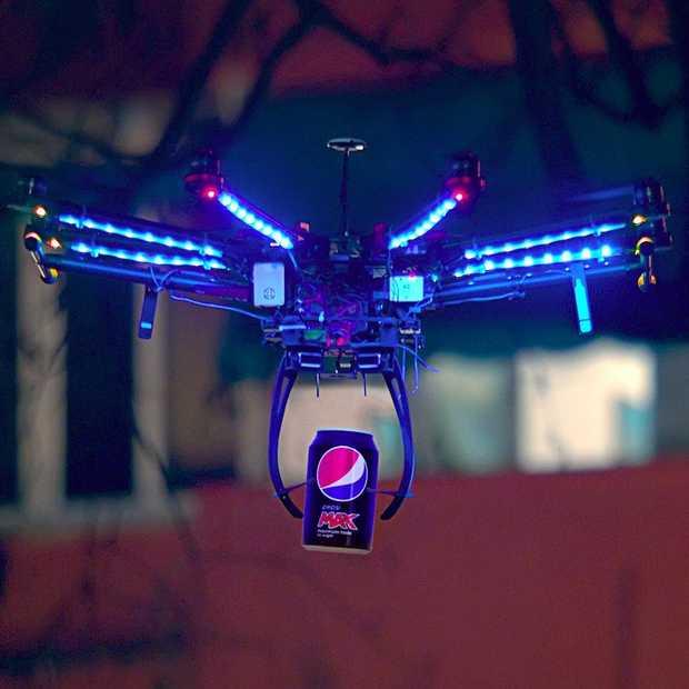 Pepsi MAX voetbal 2.0 met speciale LED-licht-effecten en een Drone
