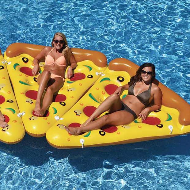 Musthave: deze opblaasbare pizzapunt voor in het zwembad