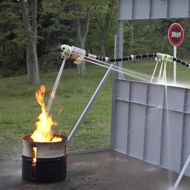 Deze zwevende robotslang kan huizen invliegen om brand te blussen