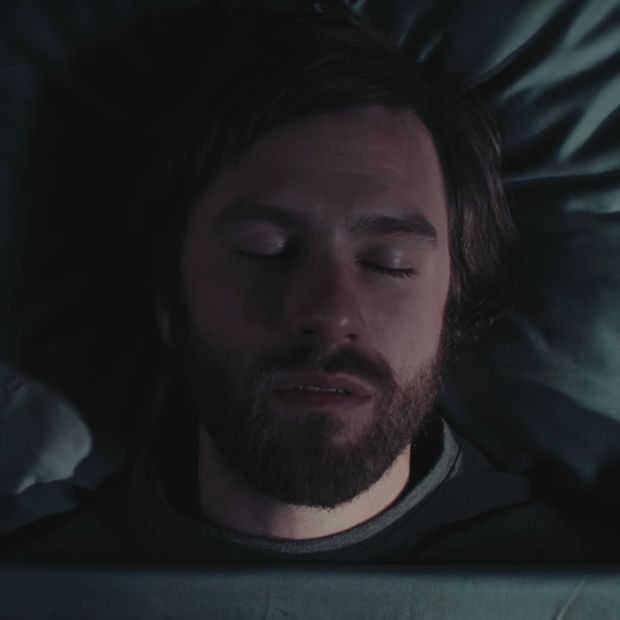 Lachen: 'The Somniloquist' praat extreem grappig in zijn slaap