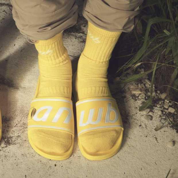 Leuk voor ANWB-stelletjes: de gele campingslippers en sokken met ANWB-logo