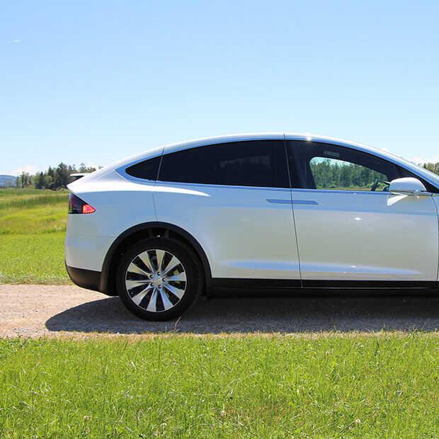 Je Tesla kan straks gillen of winden laten naar mensen