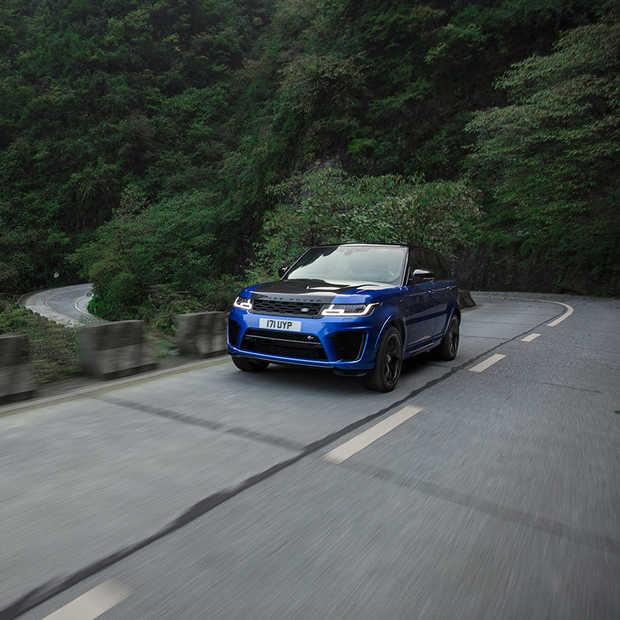 Range Rover Sport SVR verslaat Ferrari op Tianmen Road in China