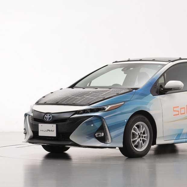 Toyota test Prius die deels op zonne-energie rijdt