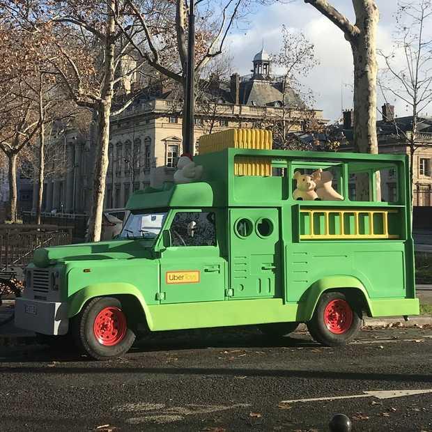 Uber laat gigantische speelgoedauto's rondrijden in Parijs