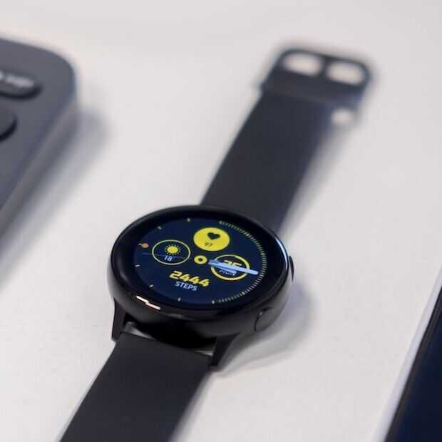 Verkoop smartwatches en -bands in de lift